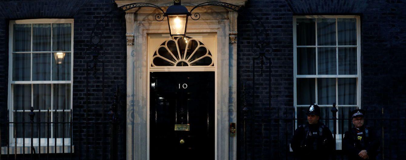 В Британии во время освещения выборов оператор камерой отбивал журналистов