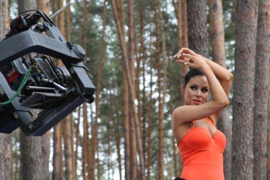 Спокусниця Злата Огнєвіч влаштувала дискотеку в нічному лісі