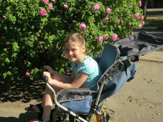 Допоможіть Карині зробити перші самостійні кроки