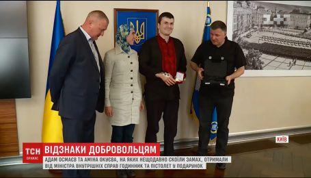 Адам Осмаєв та Аміна Окуєва отримали подарунки від міністра внутрішніх справ