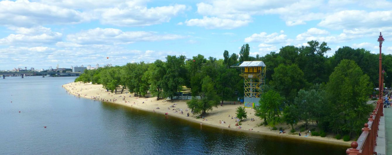 У Києві чоловік намагався переплисти Дніпро, але застряг на острові посеред ріки