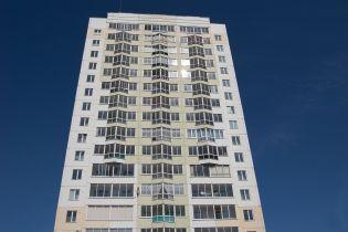 В Киеве маленький мальчик выпал с 12-го этажа, пока мать одевала других детей