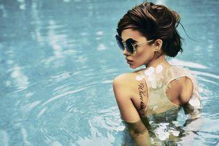 Сексапільна Марія Яремчук у прозорому купальнику показала форми у басейні