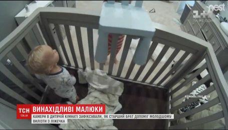 Камери в дитячій кімнаті зафіксували, як старший брат допоміг молодшому вилізти з ліжечка