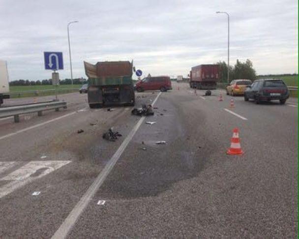 Смертельное ДТП на Житомирщине: мотоцикл попал под колеса грузовика