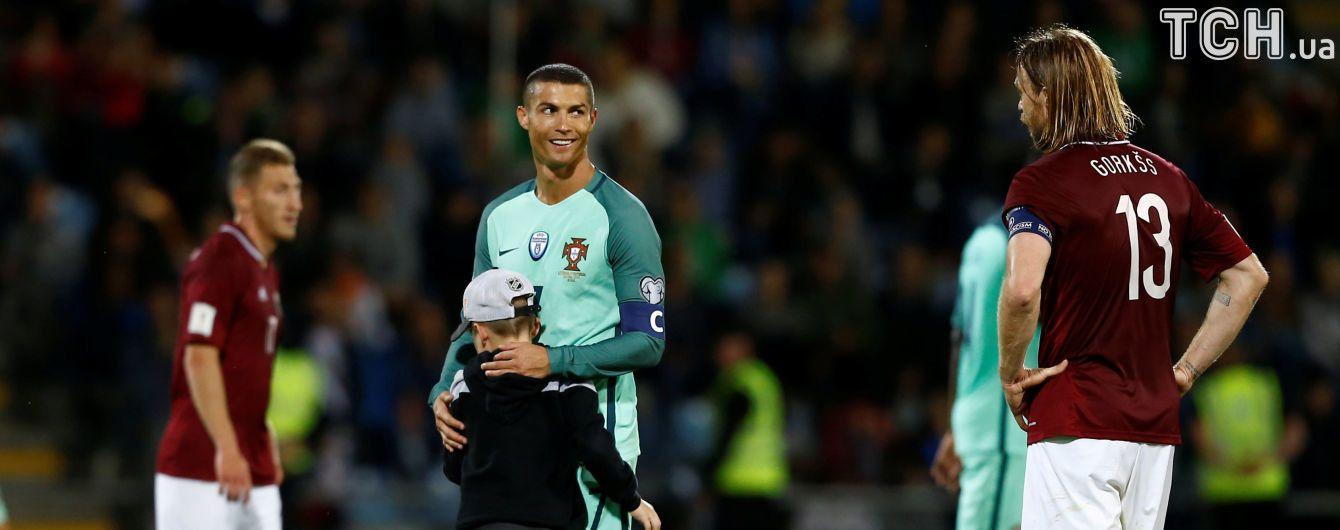 Юный фанат Роналду выбежал на поле и обнял кумира во время игры Латвия – Португалия