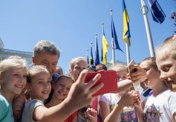 """С молодежью и в вышиванке: как Порошенко после запуска """"таймера безвиза"""" делал селфи с желающими"""