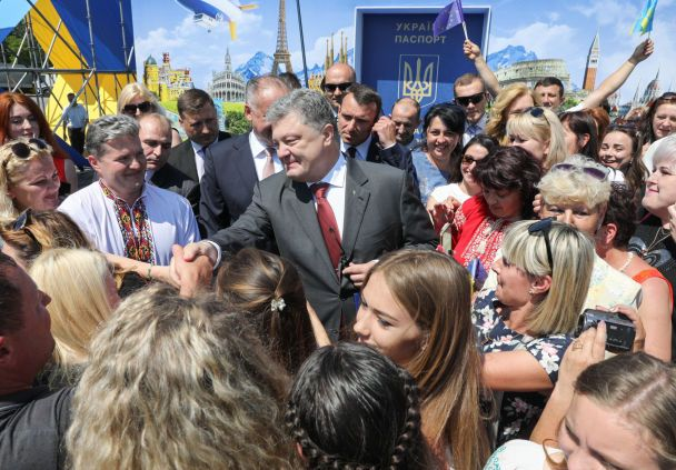 """День рождения отца и вступление в ЕС: о чем говорил Порошенко на """"церемонии безвиза"""" у Словакии"""