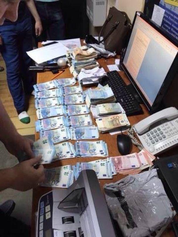 """На Буковині накрили канал нелегального виведення валюти з України, який """"кришували"""" держслужбовці"""