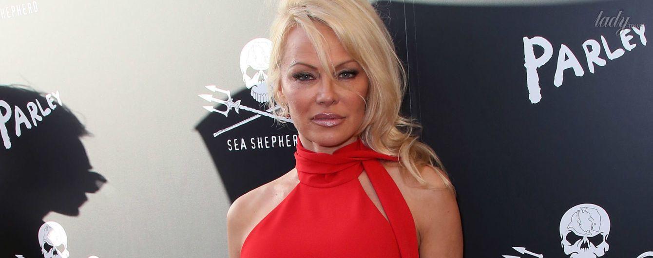 Памела Андерсон вышла в свет в эффектном красном комбинезоне