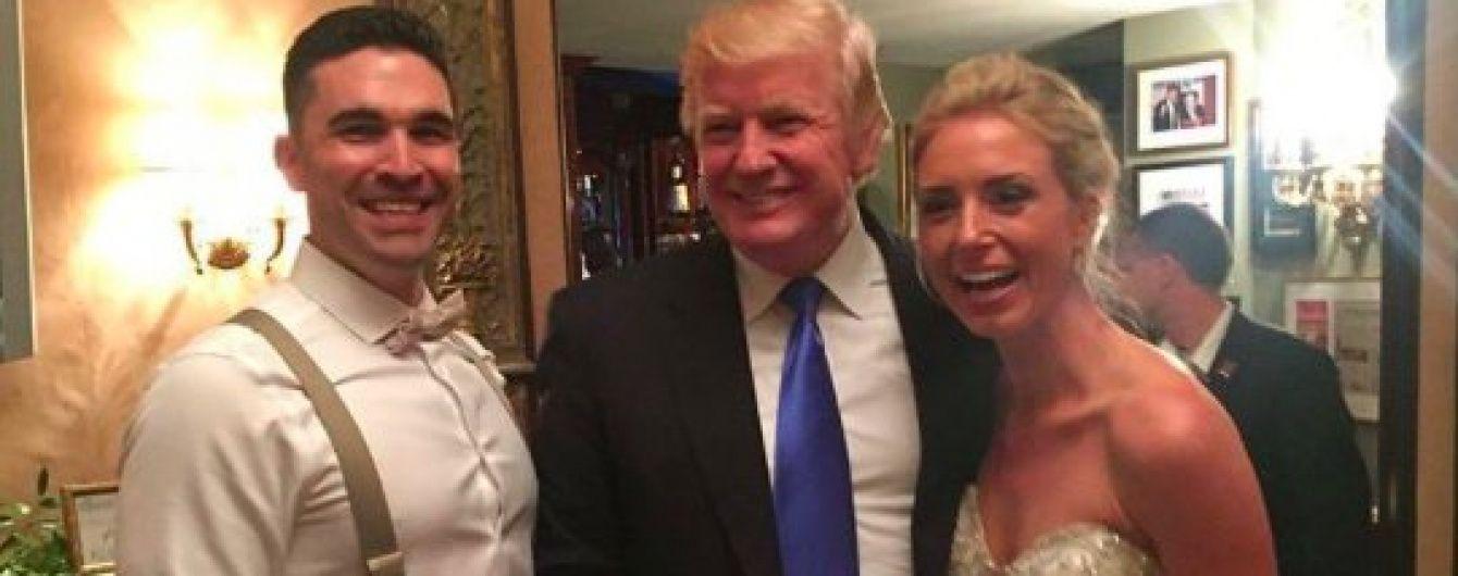 Фото Трампа с молодоженами вызвали скандал в США