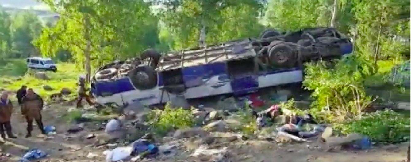 Тела погибших паломников лежат на земле: появилось видео последствий ужасного ДТП в РФ