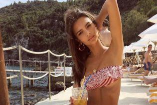 В купальнике с рюшами и с коктейлем в руке: Эмили Ратажковски показала снимки с отдыха