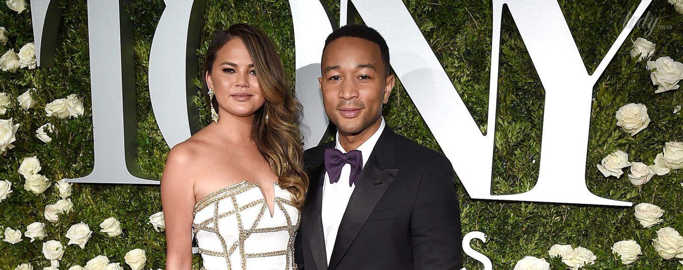 В красивом платье и в обнимку с мужем: Крисси Тейген на светском мероприятии