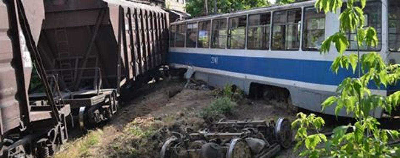 В Днепре трамвай протаранил грузовой поезд с зерном, есть погибшие