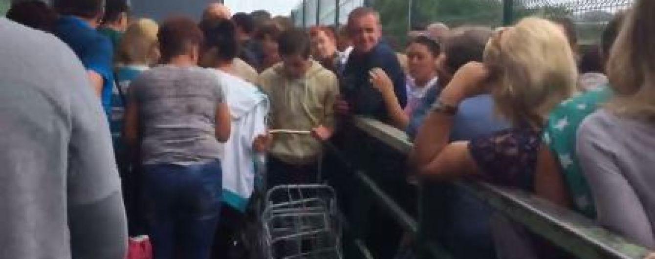 У Мережі оприлюднили відео, як на Львівщині пенсіонери штурмують кордон