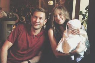 Схудла дружина Ступки показала фото з крихітною донечкою на руках