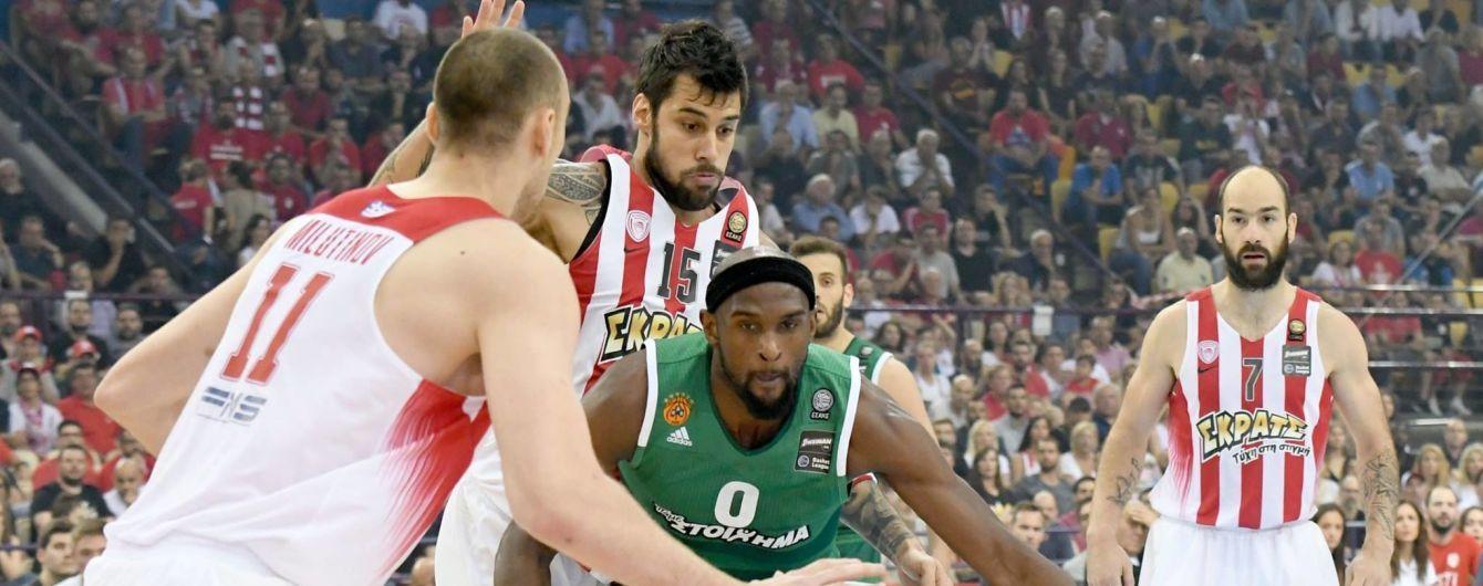 В Греции фанаты забросали площадку пиротехникой во время баскетбольного матча