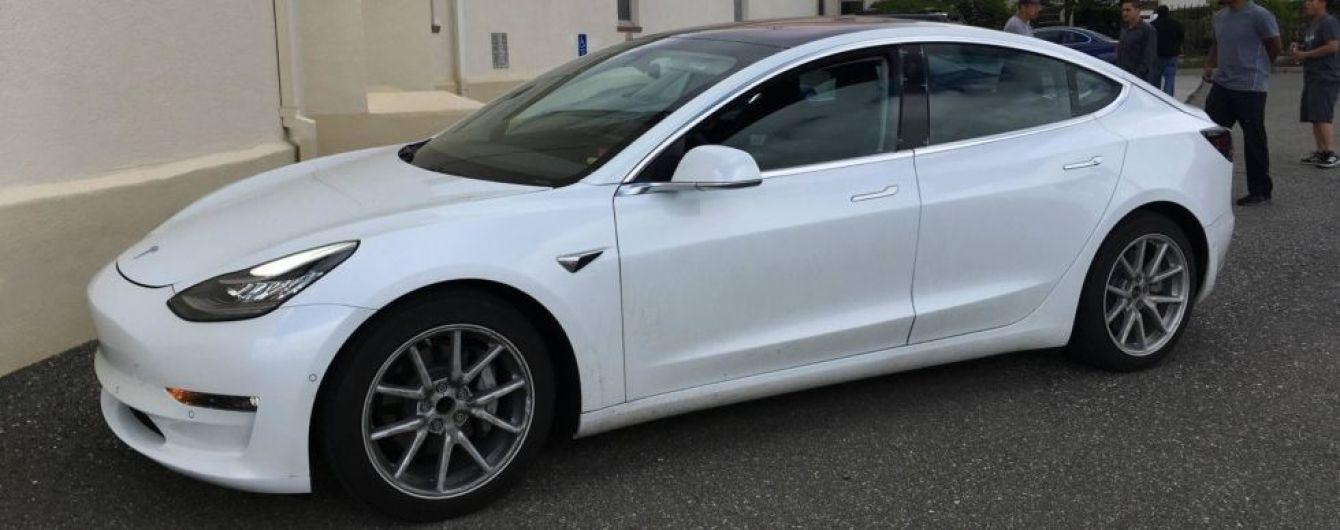 Фотошпионы заглянули в салон Tesla Model 3