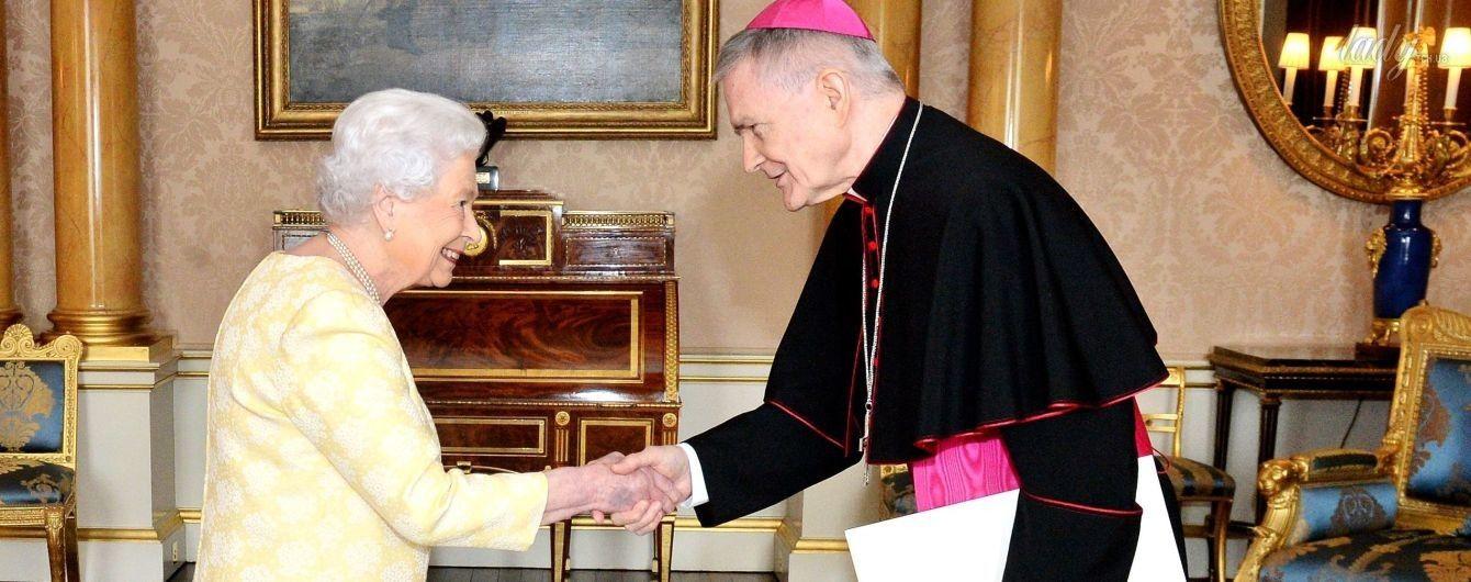 91-летняя королева Елизавета II продемонстрировала еще один нежный образ