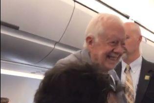 Екс-президент США потиснув руку кожному пасажиру літака перш ніж зайняти своє місце