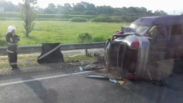 На Львовщине легковушка протаранила микроавтобус с пассажирами и перевернулась, погибли трое людей