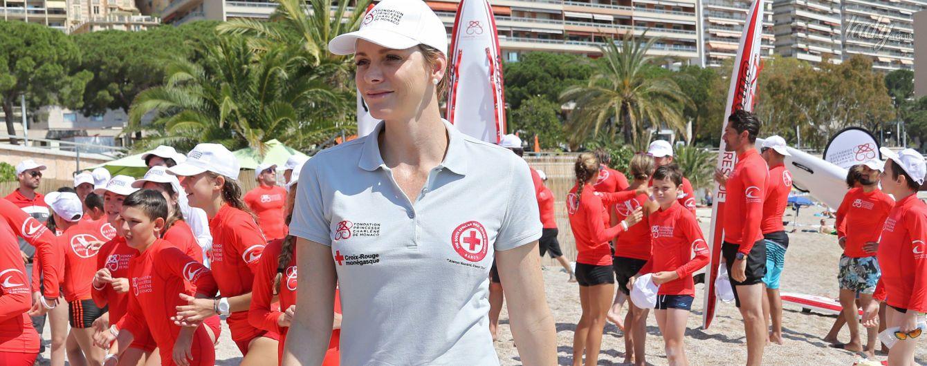 В спортивном наряде и без яркой помады: княгиня Шарлин на пляже в Монако