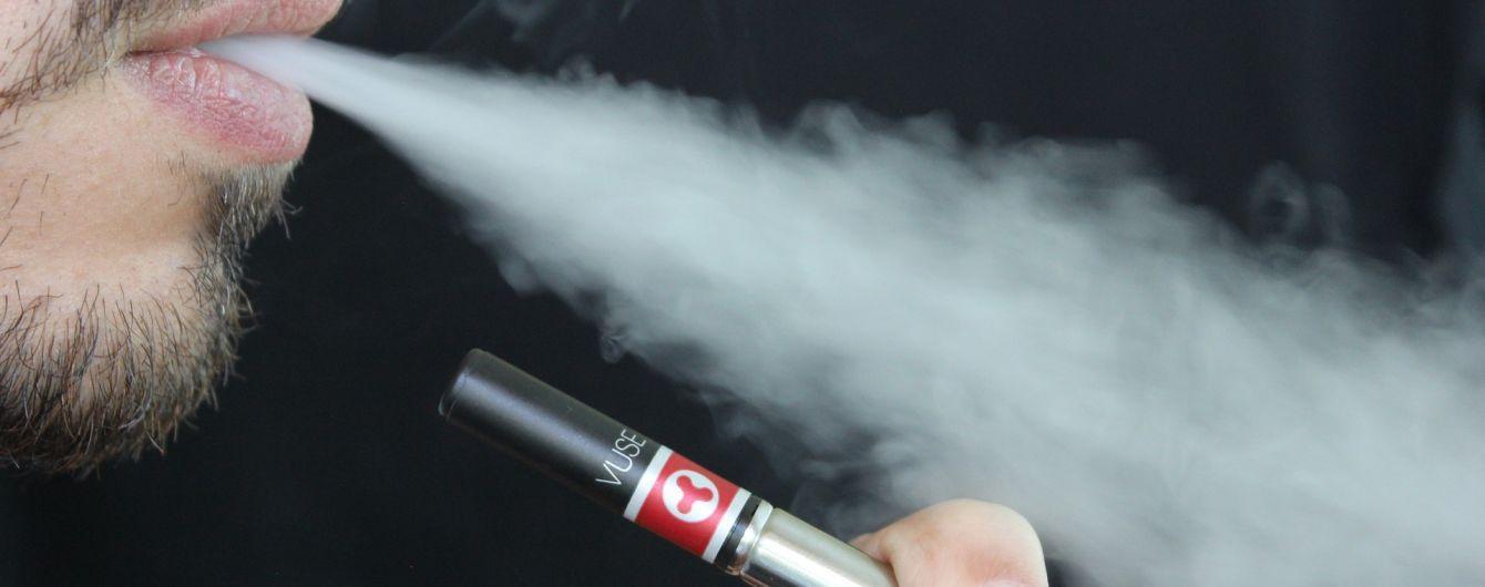 Вчені довели, що електронні цигарки шкідливі не менше за тютюнові