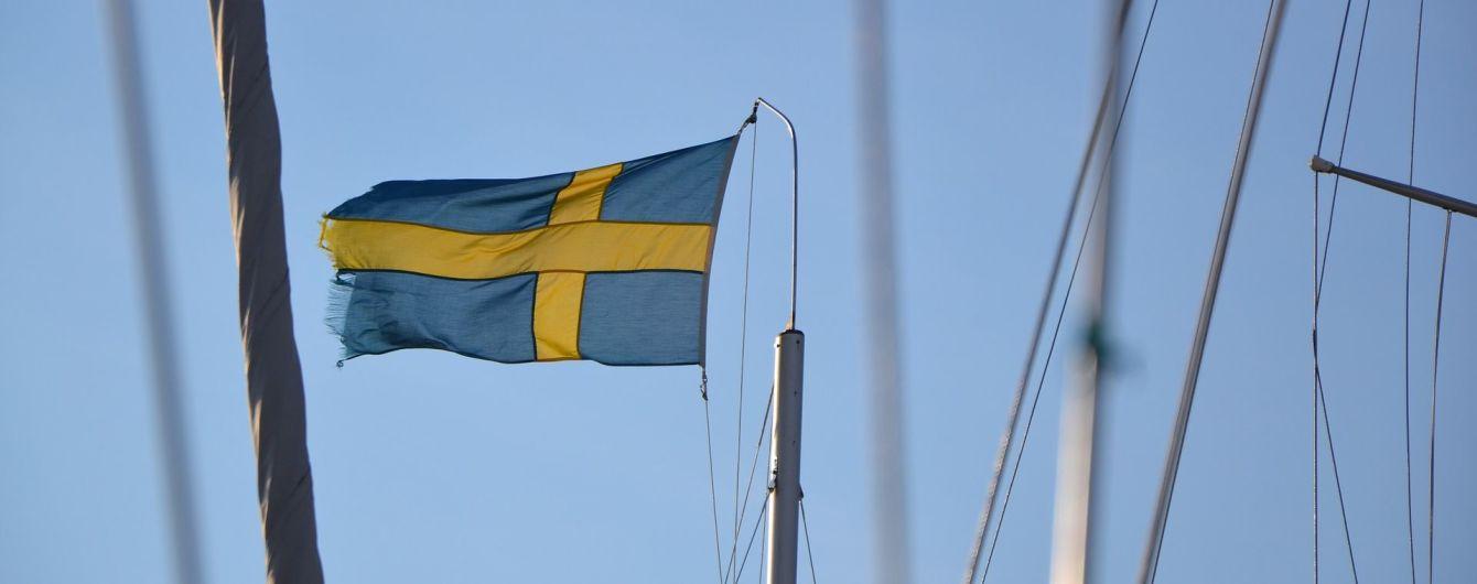 В Стокгольме грузовик протаранил такси: полиция ищет водителя-беглеца с вертолетами