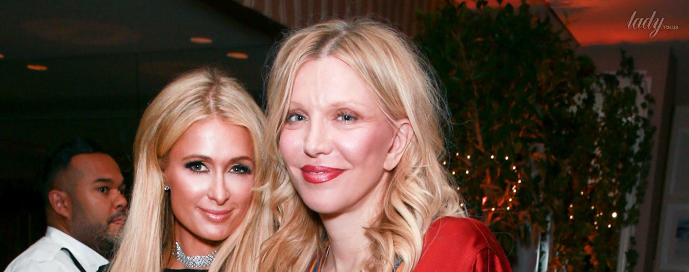 Блондинка в красном: Кортни Лав в атласном платье на вечеринке