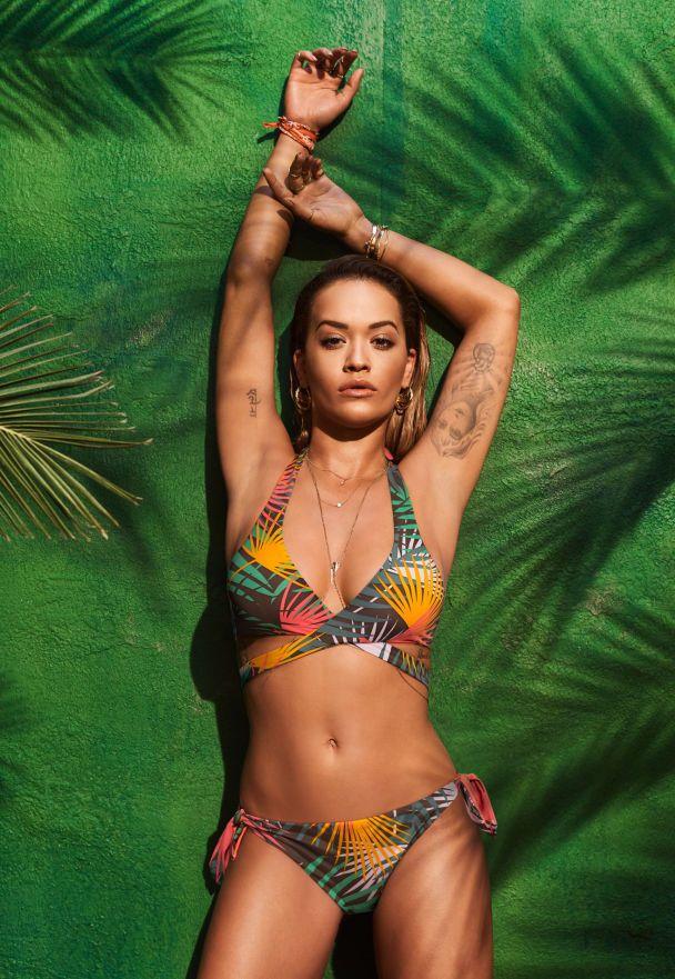 Соблазнительная Рита Ора показала роскошную фигуру в купальнике
