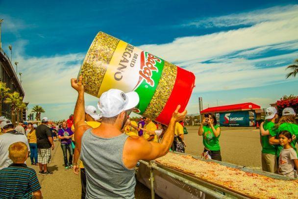 В США приготовили рекордную пиццу длиной в 2 километра