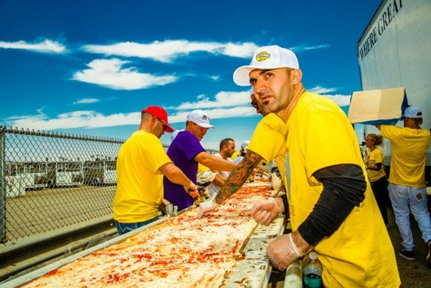 У США приготували рекордну піцу довжиною у 2 кілометри