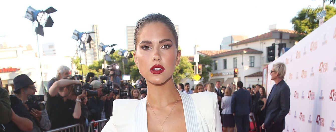 25-летняя американская модель блистала на красной дорожке в платье с экстремальным декольте