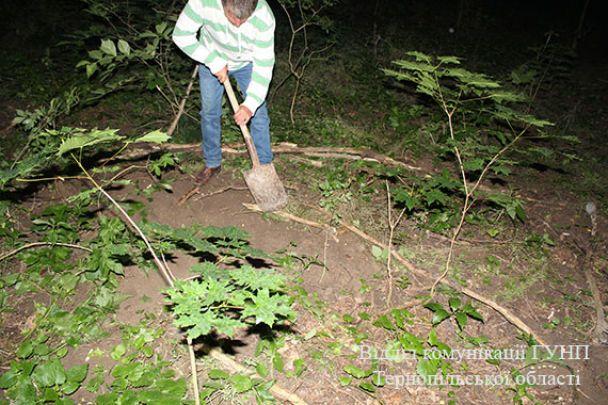 На Тернопільщині жінка закопала в лісі свою новонароджену донечку