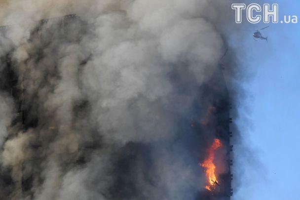 У центрі Лондона масштабно палає житловий хмарочос. Опубліковано фото і відео