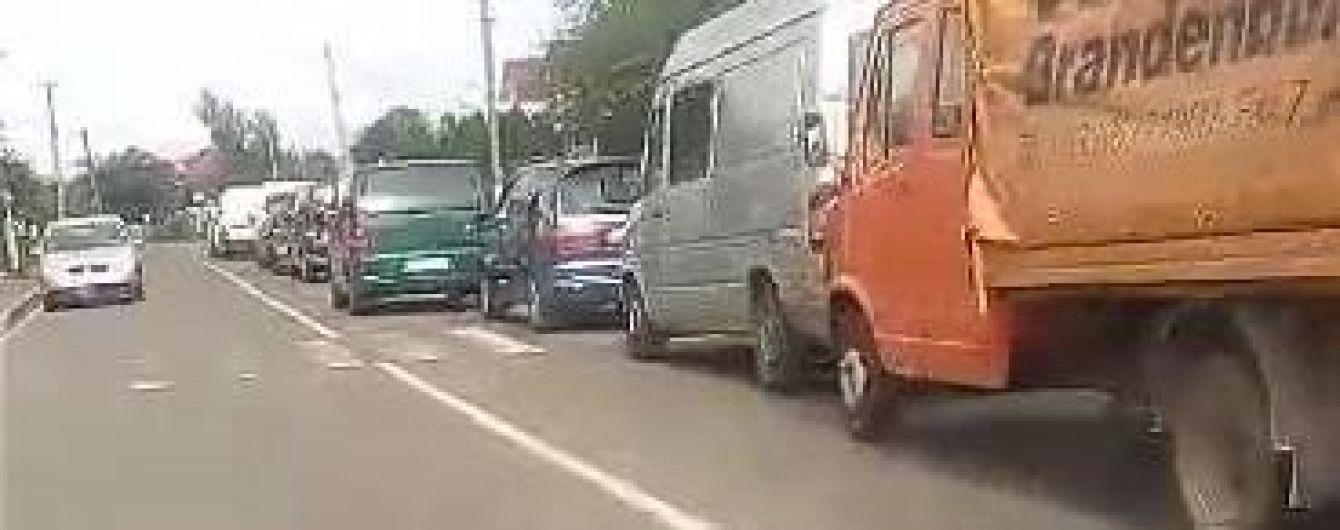 На Львівщині на кордоні з Польщею у чергах стоять понад півтисячі автомобілів