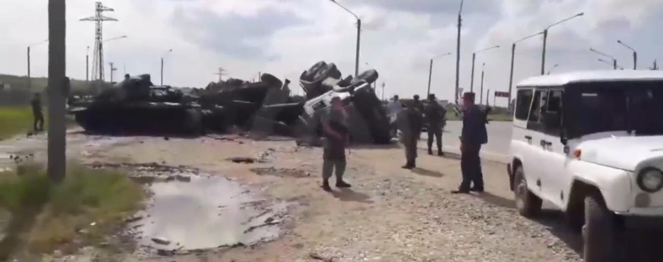 В Дагестане перевернулся военный тягач, перевозивший российский танк