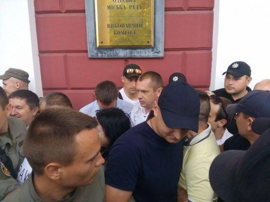 В Одесі під міськрадою активісти та обдурені інвестори побилися з охороною