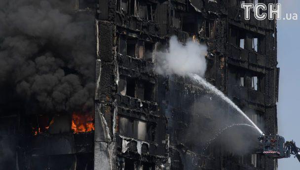 Без даху над головою: Reuters опублікував фото ошелешених мешканців згорілого хмарочосу в Лондоні