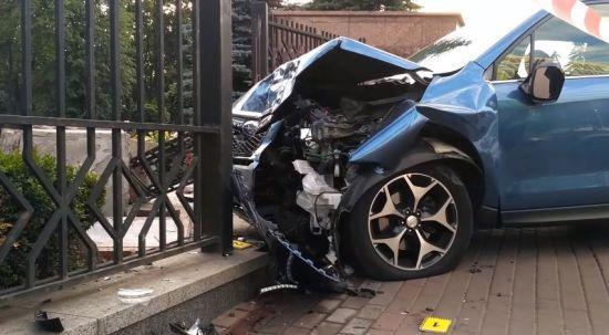 У Києві позашляховик вилетів на тротуар біля зупинки і збив двох людей