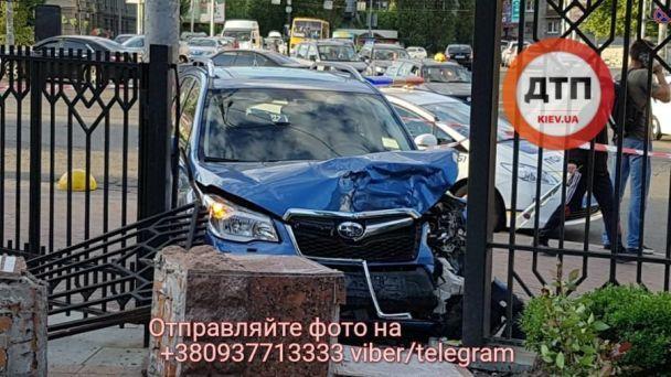 В Киеве внедорожник вылетел на тротуар возле остановки и сбил двух людей