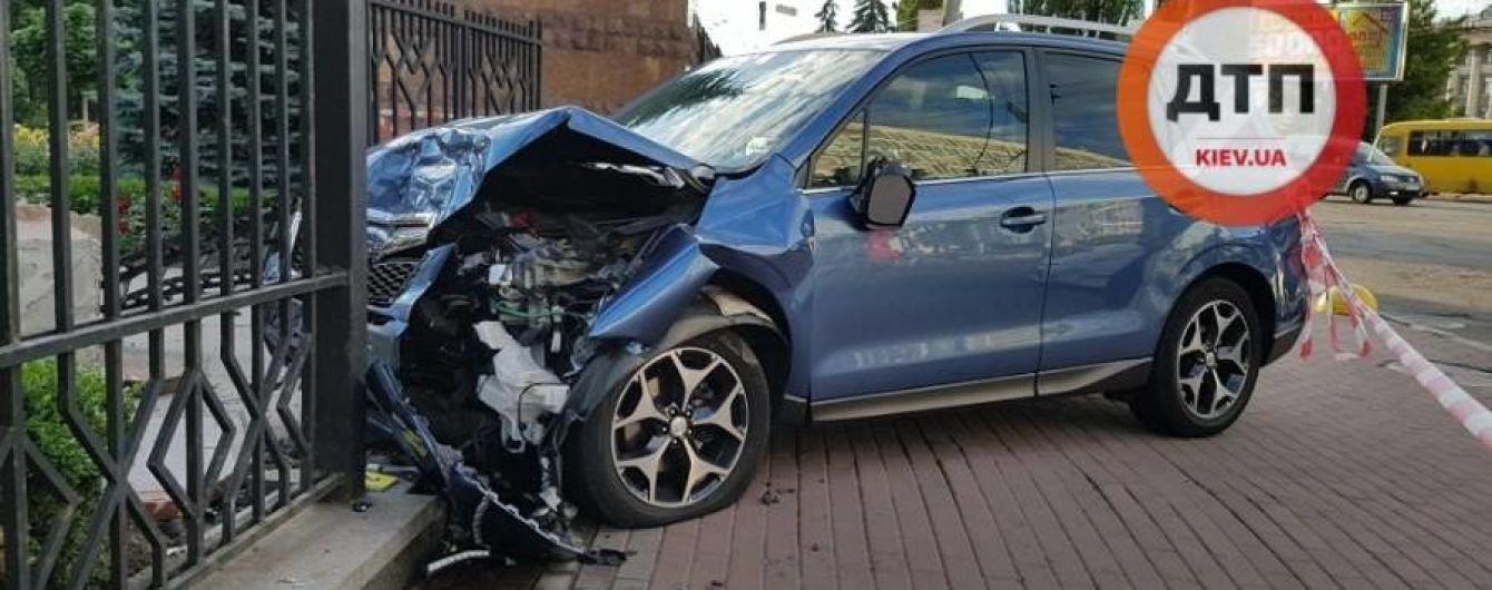 В Киеве Subaru Forester влетел в забор Апелляционного суда