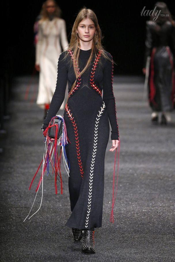 Пэчворк и шнуровка в коллекции Alexander McQueen прет-а-порте сезона осень-зима 2017-2018