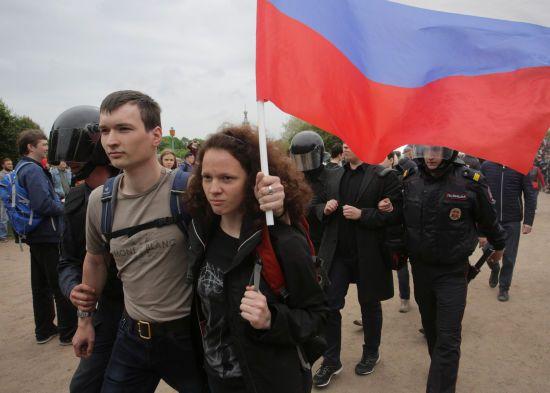 У Петербурзі мати попросила заарештувати її, щоб бути поруч із затриманою на протесті донькою