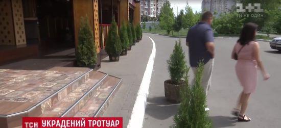 Крадії тротуарів: літні кафе в Києві створюють незручності пішоходам і уникають покарань