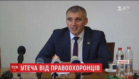 Мэр Николаева сбежал из своего кабинета, скрываясь от полиции и вручения протокола