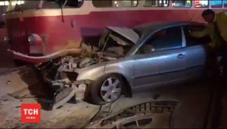 У Києві автомобіль нардепа Олега Барни врізався в трамвай