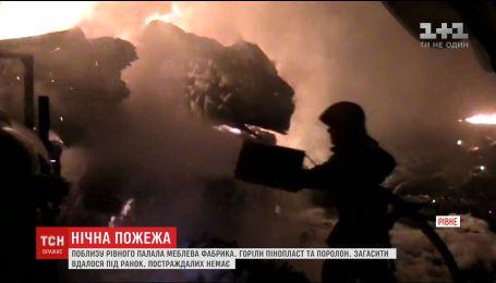 Пожежники цілу ніч не могли загасити пожежу на складах меблевої фабрики біля Рівного