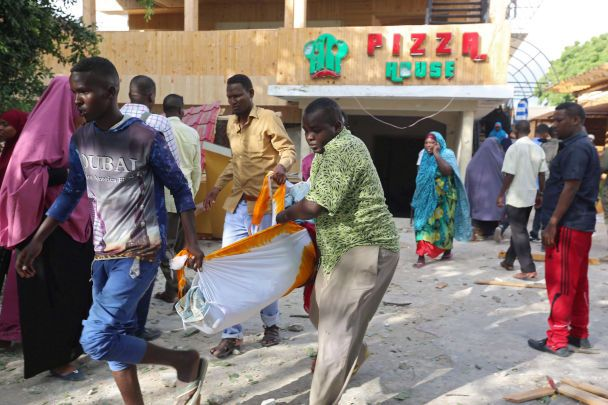 В Сомали террористы в течение ночи расстреливали посетителей ресторана: 18 человек погибли